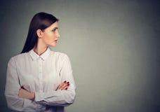 Profil av den härliga kvinnan i den vita blusen arkivbilder