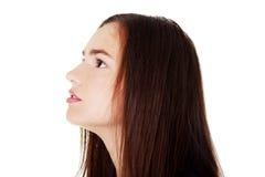Profil av den härliga kvinnan som ser upp. Royaltyfria Bilder