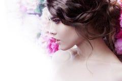 Profil av den härliga modeflickan, sött som är sinnlig Härlig makeup och smutsig romantisk frisyr bakgrundsbanret blommar datalis Arkivbild