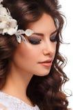 Profil av den härliga unga brunettkvinnan i en bröllopsklänning fotografering för bildbyråer