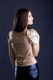Profil av den sinnliga unga kvinnan som poserar i studio Fotografering för Bildbyråer
