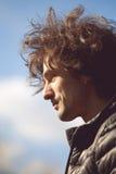 Profil av den stiliga mannen i ett svart omslag Fotografering för Bildbyråer