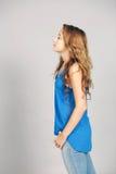 Profil av den tonåriga flickan med långt hår Arkivbild