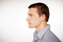 Profil av den unga mannen på skjortan. royaltyfria bilder