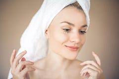 Profil av den unga skönhetkvinnan royaltyfri fotografi