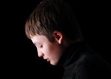 Profil av den upprivna tonårs- pojken Arkivfoton