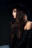 Profil av den uttrycksfulla kvinnliga modellen som poserar i svart skjorta och ele royaltyfri fotografi