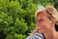 Profil av en le mogen kvinna Arkivfoto