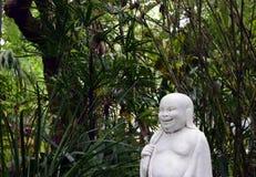 Profil av en lycklig Buddha i asiatträdgård Royaltyfria Bilder