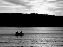 Profil av ett par i ett pedalfartyg på sjön arkivbilder