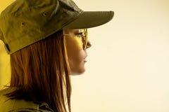 Profil av kvinna` s i dräkt för soldat` s på gul bakgrund Royaltyfria Bilder