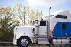 Profil av lastbilen för populär stor rigg för amerikansk förebild den klassiska halva Royaltyfria Bilder