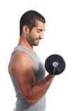 Profil av lyftande vikter för en arabisk sportman arkivbild