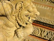Profil av stenförebilden i templet av Bali arkivbilder