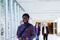 Profil d'étudiant africain dans le couloir Photos libres de droits
