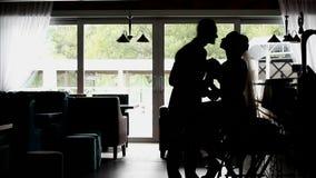 Profil d'un couple de nouveaux mariés banque de vidéos
