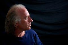 Profil d'un homme plus âgé semblant droit Images libres de droits
