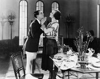 Profil d'un jeune homme essayant d'embrasser une jeune femme (toutes les personnes représentées ne sont pas plus long vivantes et Image libre de droits