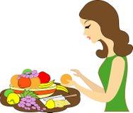 Profil d'une belle dame La fille sert une table de fête Elle met dans un plat de différents fruits : mandarines, raisins, citrons illustration libre de droits