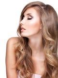 Profil d'une belle femme avec de longs cheveux onduleux Photo stock