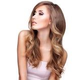 Profil d'une belle femme avec de longs cheveux onduleux Images stock