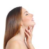 Profil d'une belle femme avec la peau et la manucure parfaites Photographie stock libre de droits