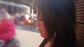 Profil d'une dame asiatique regardant vers le bas image stock