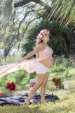 Profil d'une femme enceinte avec la longue robe dans le vent Images libres de droits