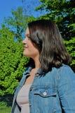 Profil d'une jeune femme satisfaisante en parc image libre de droits