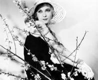 Profil d'une jeune femme utilisant un chapeau (toutes les personnes représentées ne sont pas plus long vivantes et aucun domaine  image libre de droits