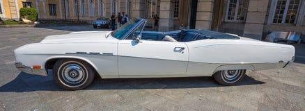 Profil d'une voiture d'une voiture blanche américaine Buick photos stock
