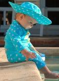 Profil de chéri avec des pieds dans la piscine Photo libre de droits