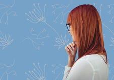 Profil de femme contre le modèle floral bleu Images libres de droits
