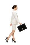 Profil de femme d'affaires de marche avec la caisse noire Photographie stock