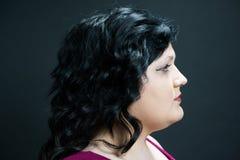 Profil de jeune femme avec des yeux bleus et des lèvres de rouge Photo libre de droits