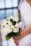 Profil de jeune mariée tenant le bouquet Photo stock