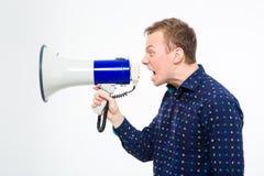 Profil de l'homme fol fâché criant dans le mégaphone Photographie stock
