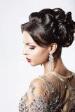 Profil de Madame chique de cheveux de Brown avec des bijoux et la coiffure de fête photo libre de droits