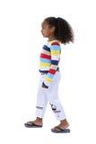 Profil de marche de belle fille de six ans dans des vêtements d'été Image stock