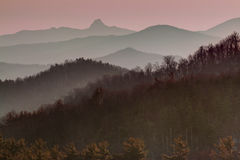 Profil de montagne de Ridge bleu au coucher du soleil Photos stock