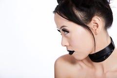 Profil der asiatischen Frau mit kreativer schwarzer Verfassung Stockfoto