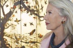 Profil der ernsten älteren Frau stockfotos