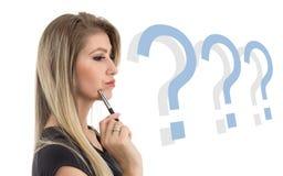 Profil der Frau im Zweifel Blonde Person trägt schwarzes Kleid Lizenzfreies Stockfoto