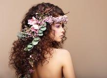 Profil der Frau mit buntem Kranz der Blumen.   Stockfotos