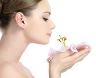Profil der riechenden Blume des Mädchens Stockfotografie