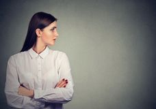 Profil der Schönheit in der weißen Bluse stockbilder