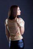 Profil der sinnlichen jungen Frau, die im Studio aufwirft Stockbild