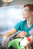 Profil des überraschten jungen praktizierenden Zahnarztes Stockfotografie