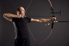 Profil des Bogenschützen mit Bogen und Pfeil. Lizenzfreie Stockbilder