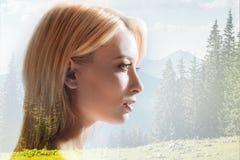 Profil des erstaunlichen Mädchens gegen Naturhintergrund Stockbilder